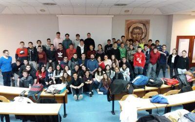 El Físico teórico Ciaran O'Hare con los alumnos de bachillerato